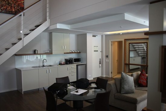 DoubleTree by Hilton Cape Town - Upper Eastside: Dinning Area & Kitchenette