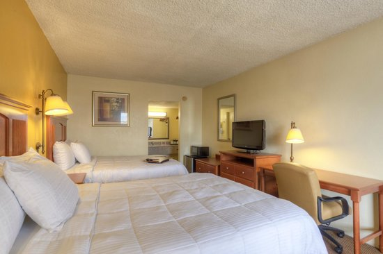 Econo Lodge Byron/Old Macon Rd: Two Queen Beds