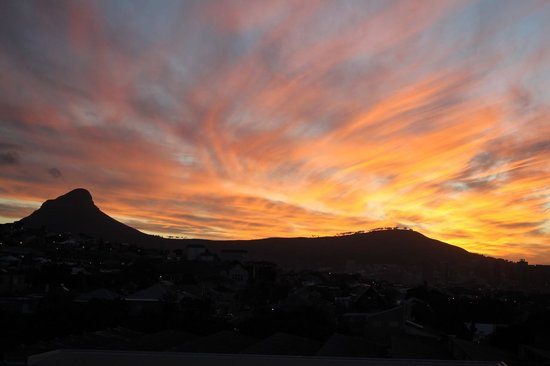 DoubleTree by Hilton Cape Town - Upper Eastside: Sunset from room