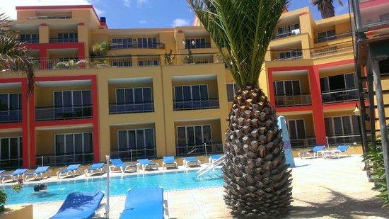 Hotel Cais da Oliveira: Côté intérieur de l'hotel depuis la piscine