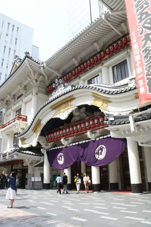 Kabukiza Theater: Such a traditional building in the middle of the city