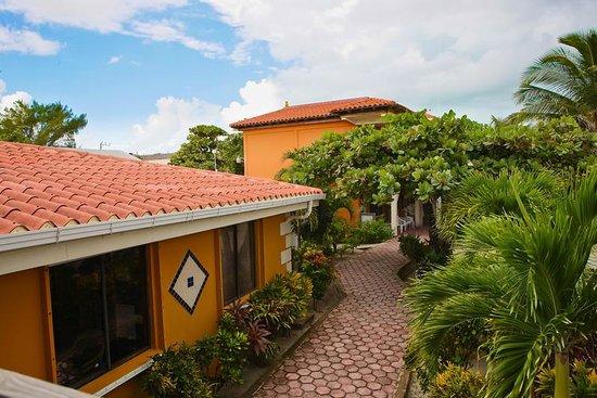 SunBreeze Hotel: Walk way to Restaurant