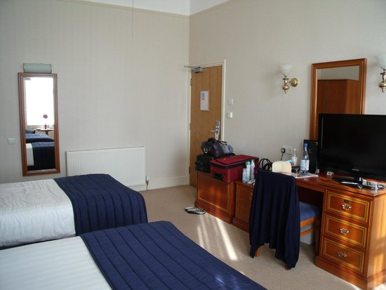 New Continental Hotel: Spacious double room - one double bed and one single