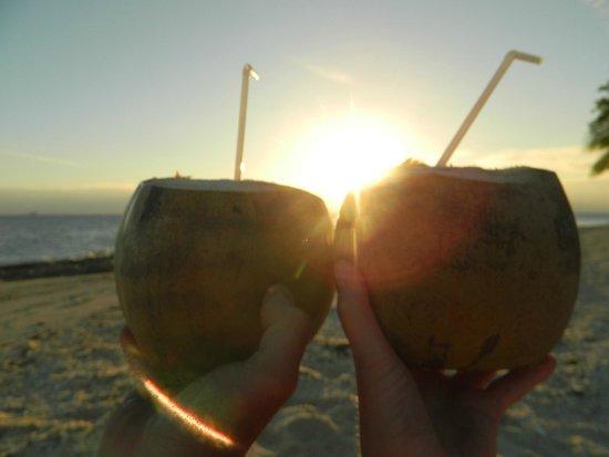 Navini Island Resort: Perfect sunset with coconuts!