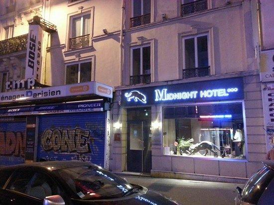 Midnight Hotel Paris: Hotel front on the street.
