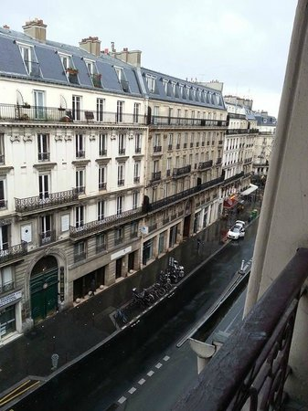 Midnight Hotel Paris : View down the street towards McDonalds from 5th floor.