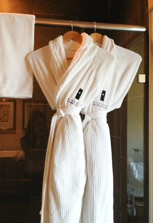 Black Rock Oceanfront Resort: Super soft bathrobes