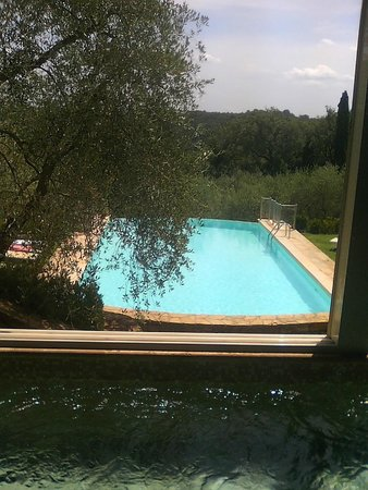 Villa la Borghetta: la splendida piscina esterna vista dalla piscina idromassaggio