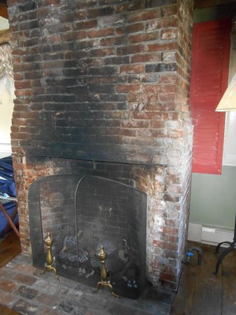 Inn by the Bandstand: gas firepalce in room