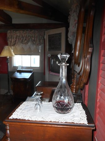 Inn by the Bandstand : complimentary port in a crystal decanter in the room