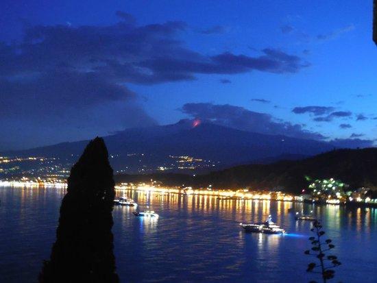 """Atahotel Capotaormina : вид с балкона вечером на """"дышающую"""" Этну"""