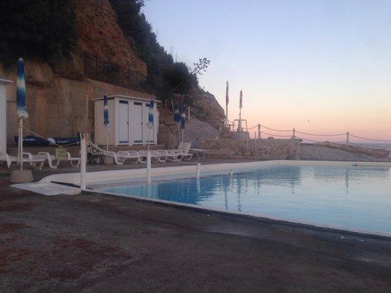 Hotel Rocce del Capo: Tramonto bordo piscina e fronte mare