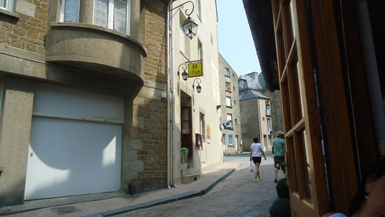 Hotel Restaurant De La Porte Saint-Pierre : The hotel entrance