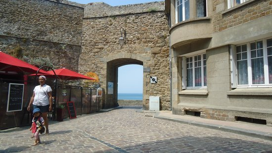 Hotel Restaurant De La Porte Saint-Pierre: La porte de Saint Pierre (Saint Peter's gate)