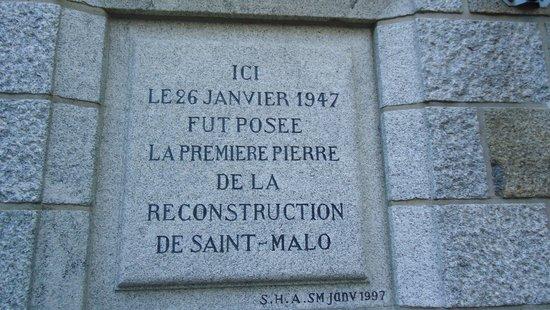 Hotel Restaurant De La Porte Saint-Pierre: History on a near by wall