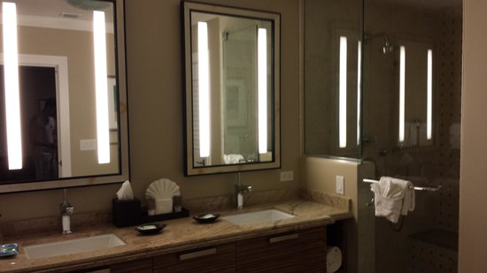 Hyatt Siesta Key Beach Resort, A Hyatt Residence Club: Fog free mirrors in unit 607