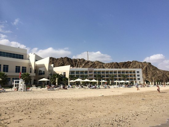 Radisson Blu Resort Fujairah: Hotel building viewed from the beach