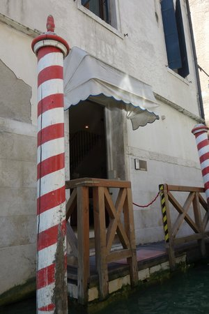 Hotel al Ponte dei Sospiri: Cais exclusivo do hotel