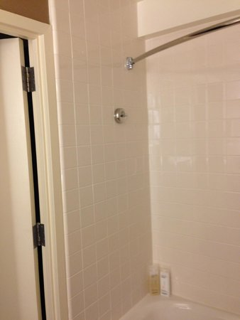 Sheraton Palo Alto Hotel: You don't get more space by installing a curved shower rod this way
