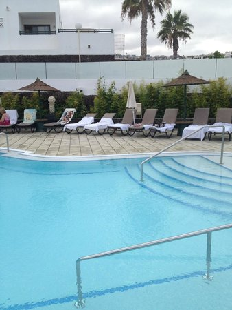 Sunset Bay Club: Top pool sun beds reserved 9am