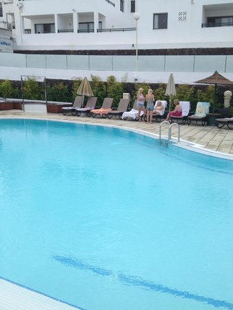 Sunset Bay Club: Top pool yet ore beds reserved 9am