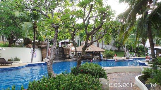 Horizon Karon Beach Resort & Spa : А так же можно заказать еду прямо к бассейну