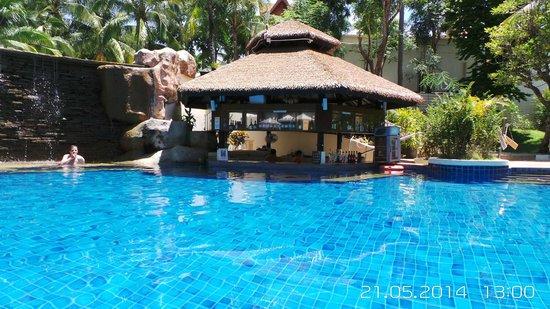 Horizon Karon Beach Resort & Spa : Бар в бассейне