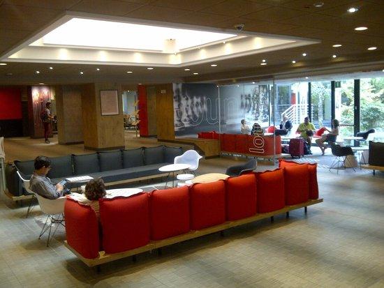 Ibis Milano Centro: Hall do hotel e área de wifi