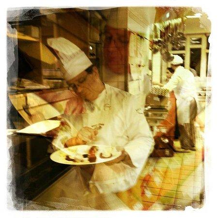 Vieux Sinzig: Der Maitre legt auch selber hand an.