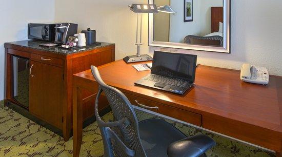 Hilton Garden Inn Macon / Mercer University: Spacious Work Space with Ergonomic Herman Miller Chair