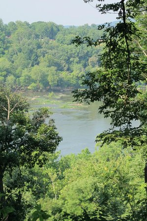 HI Knoxville Harpers Ferry : View of the Potomac from the Hostel grounds