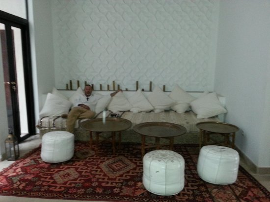 P'tit Habibi : lounge area next to courtyard
