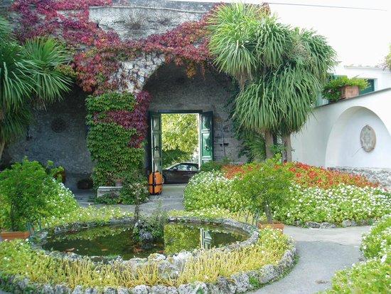 Hotel Parsifal Antico Convento del 1288: 庭園からホテル玄関を見る