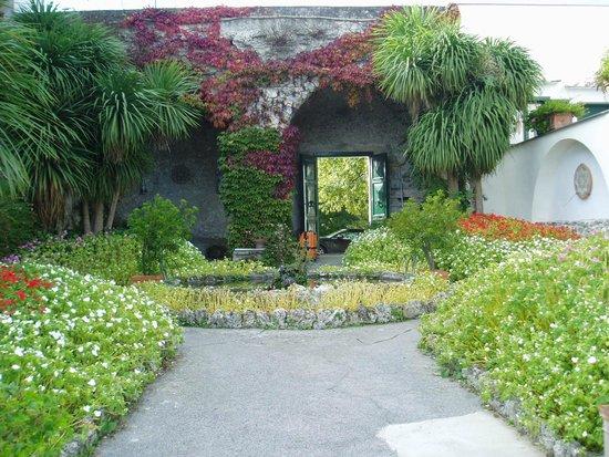 Hotel Parsifal Antico Convento del 1288: ホテルの庭園から入り口を振り返る