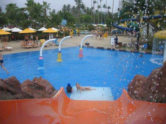 Splash Jungle Waterpark : За детьми Тайцы смотрят