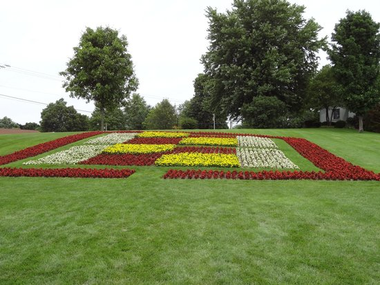Essenhaus Inn & Conference Center: Quilt garden on grounds