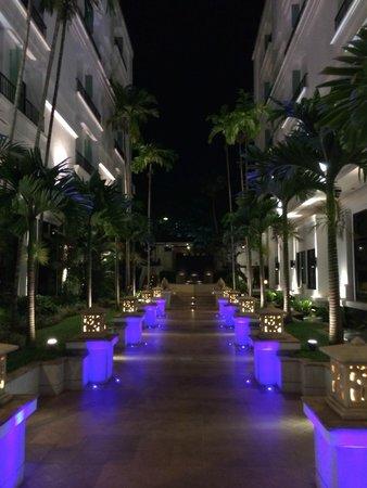 Tara Angkor Hotel: Rumbo a la piscina