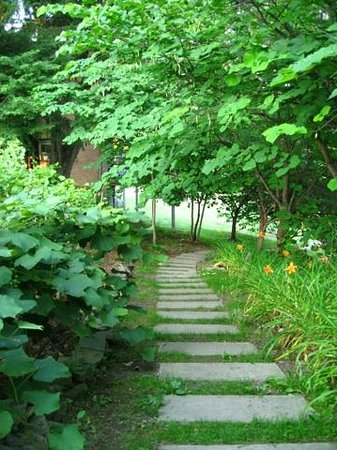 Buttermilk Falls Inn & Spa: Pathway on the property