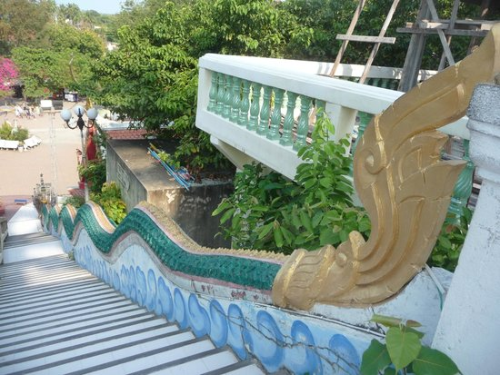 Big Buddha Temple (Wat Phra Yai) : Escalera