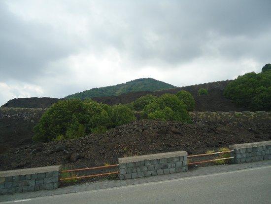 Monte Etna: adiante  , a cratera Silvestri