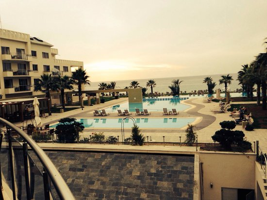 Capital Coast Resort & Spa: Outdoor pool and sea