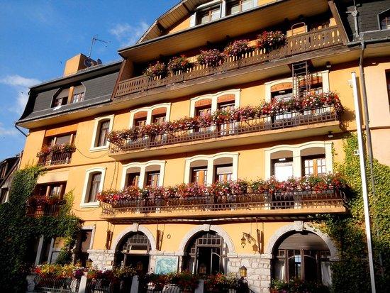 Le Clos des Sources : Facade de l'hôtel