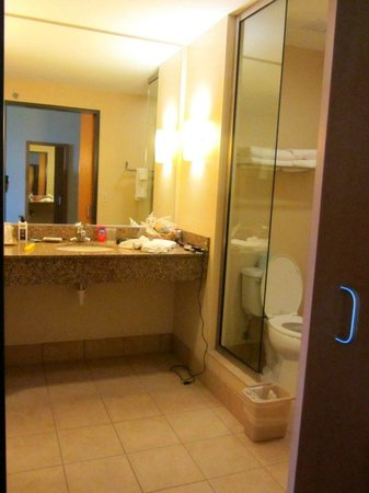 Legendary Waters Resort & Casino: Spacious and clean bathroom