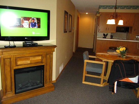 The Pointe Hotel & Suites: Living and kitchen space
