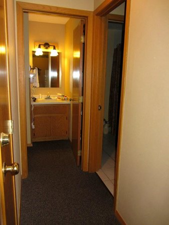 The Pointe Hotel & Suites: Bedroom vanity and sink