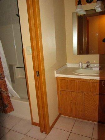 The Pointe Hotel & Suites: Second vanity next to bathroom