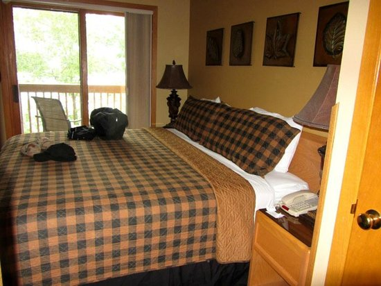 The Pointe Hotel & Suites: King bed
