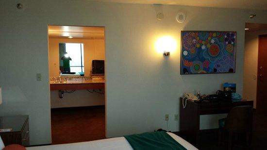 Rio All-Suite Hotel & Casino: view into the bathroom