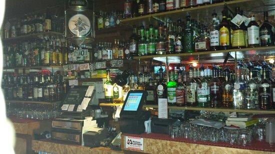 Dixie Inn Lounge & Dining Room : Well stocked bar!