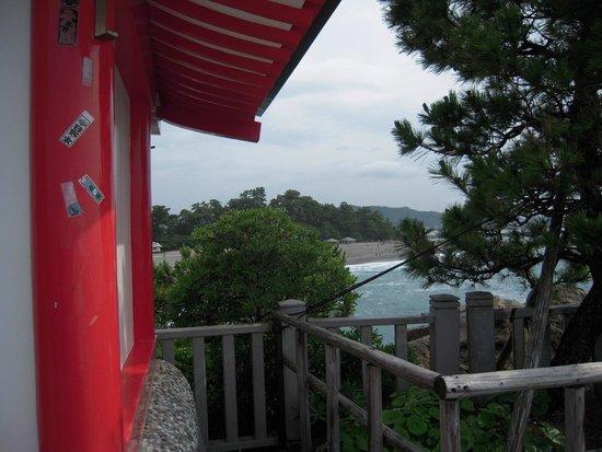 Katsurahama Beach: 祠から桂浜を見る